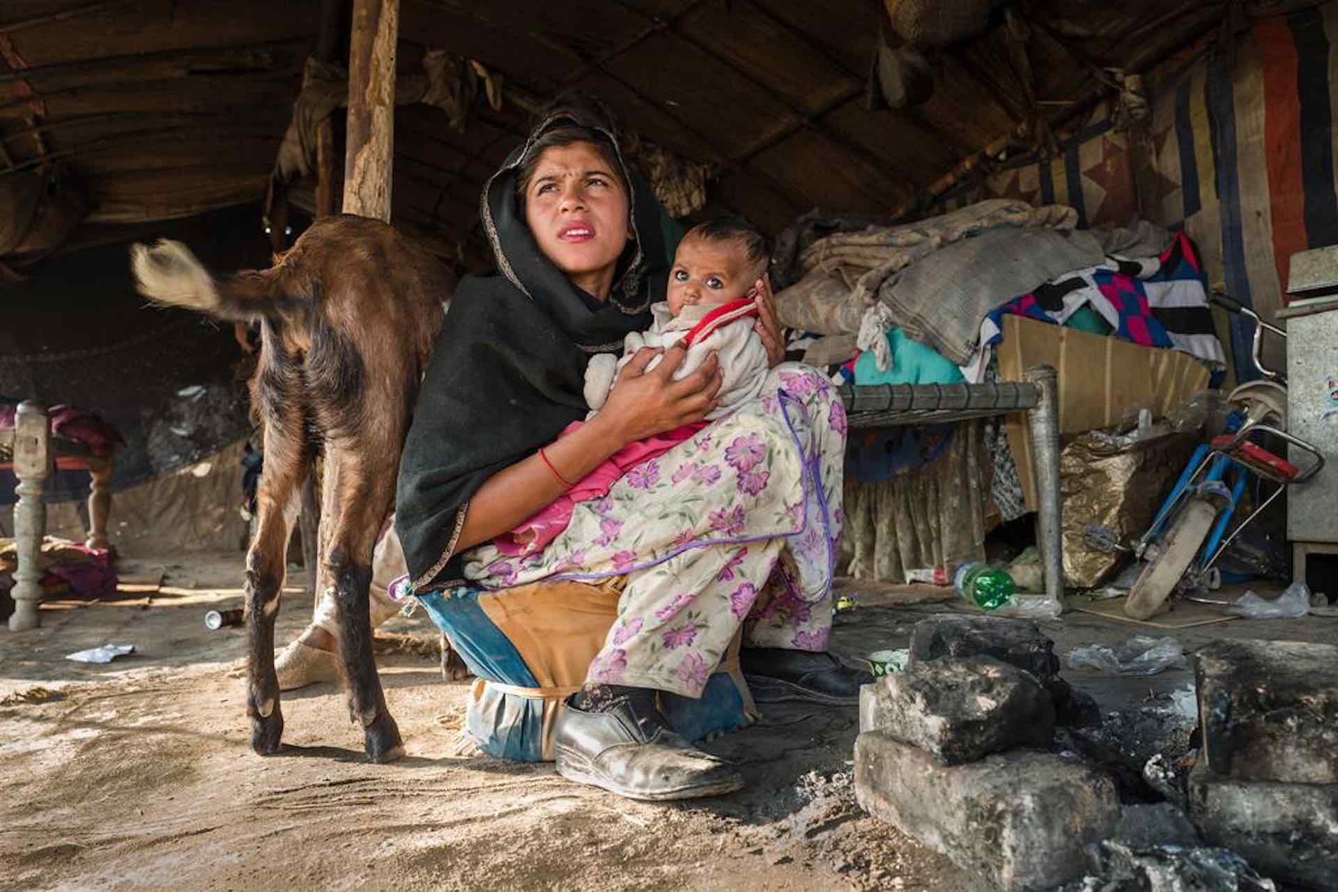 mamma con neonato della società sahiwaliana